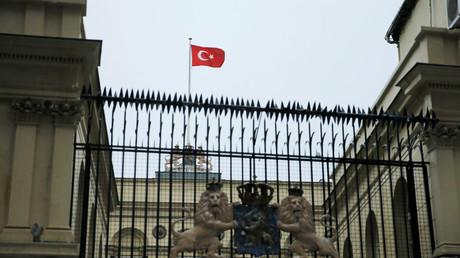 Protestler hissen türkische Staatsfahne über niederländischem Konsulat in Istanbul