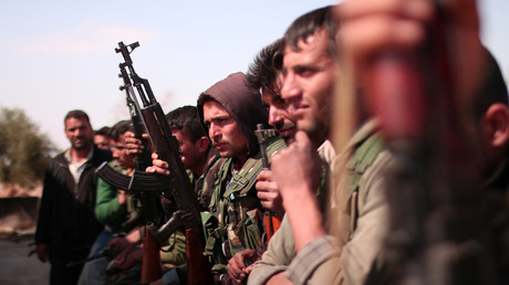 Kämpfer der Syrian Democratic Forces (SDF) mit ihren Waffen im Norden von Rakka, 8. März 2017.