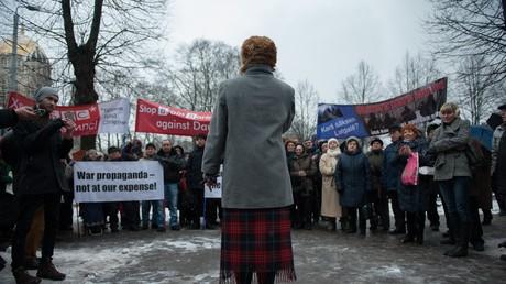 Aktivisten protestieren gegen Kriegspropaganda in westlichen Medien am 16. Februar 2016 vor dem Regierungsgebäude. Konkreter Anlass war der BBC-Film