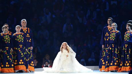 Julia Samoilowa tritt während der Eröffnungsfeier der Winter-Paralympics in Sotschi 2014 auf.