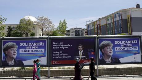 Werbebanner für Merkel und den ehemaligen türkischen Premierminister Ahmet Davutoglu; Gaziantep, Türkei, 23. April 2016.