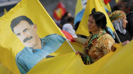 PKK-Unterstützer mit einer Fahne von Abdullah Ocalan, dem inhaftierten Anführer der Kurdischen Arbeiterpartei, auf einer Demonstration gegen den