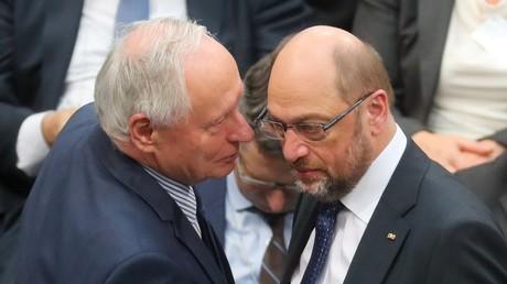 Wer flüstert denn da? Oskar Lafontaine und SPD-Kanzlerkanidat Martin Schulz verständigen sich im Plenarsaal des Bundestags in Berlin, 12. Februar 2017.
