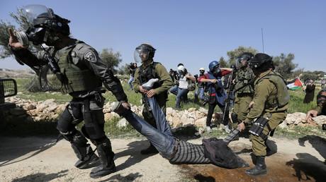 Israelische Soldaten und ein Grenzpolizist verhaften einen palästinensischen Demonstranten nach Zusammenstößen in der Nähe einer jüdischen Siedlung in der West Bank, 27. Februar 2015.