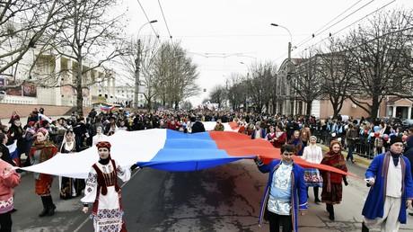 Feierlichkeiten auf der Krim am 16. März 2017 zum dritten Jahrestag des Referendums über die Unabhängigkeit. Die Teilnehmer der Prozession tragen Nationaltrachten der auf der Krim lebenden Völker.