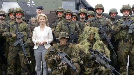 Verteidigungsministerin Ursula von der Leyen im Kreis von Bundeswehrsoldaten.