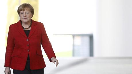 Angela Merkel auf dem Weg zu ihrer Regierungserklärung, um zur Wahl von Donald Trump Stellung zu nehmen, Berlin, 9. November 2016.
