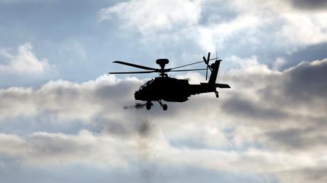 Die typische Bewaffnung eines Kampfhubschraubers vom Typ Apache umfasst eine Maschinenkanone, Maschinengewehre sowie gelenkte und ungelenkte Luft-Boden-Raketen.