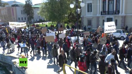 Flüchtlinge aus Lesbos protestieren gegen Abkommen der Türkei und der EU.