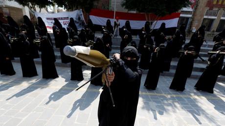 Eine Sympathisantin der Huthi-Rebellen mit einer RPG-Waffe; Sanaa, Jemen, 6. September 2016.
