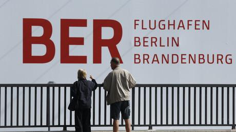 Passanten an einer Baustelle des BER-Flughafens