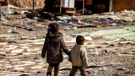 Vertriebene irakische Kinder warten auf ihren Transport in ein Flüchtlingslager; Irak, Mossul, 28. Februar 2017.