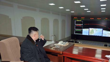 Kim Jong-Un raucht eine Zigarette in der Kommandozentrale nach dem Start einer Unha-3 Rakete; Nordkorea, Pjöngjang, 12. Dezember 2012.