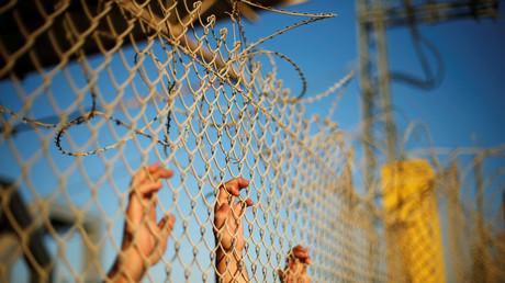 Palästinenser halten sich am Zaun fest und warten auf die Rückkehr ihrer Angehörigen, nachdem Ägypten für kurze Zeit den Grenzübergang in Rafah geöffnet hatte; Israel, Gaza, 4. September 2016.