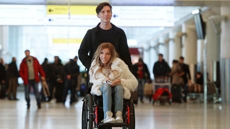Julia Samoilowa und ihr Mann im Flughafengebäude von Moskau-Scheremetjewo