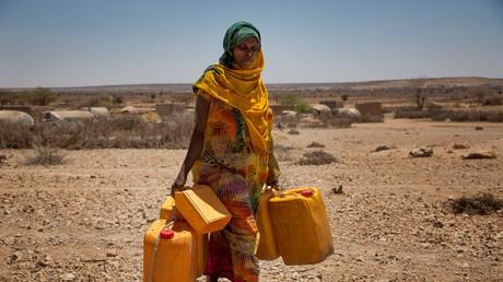 Ein Frau sucht im Dorf Baligubadle nahe Hargeisa nach Wasser; Somalia, 15. März 2017.