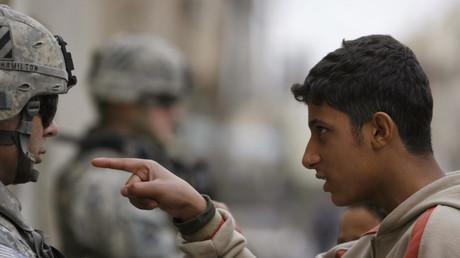 Ein Anwohner im Adhamiya-Distrikt von Bagdad zeigt auf einen US-Soldaten der zweiten Brigadeeinheit; Irak, 5. Januar 2008.