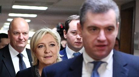 Die französische Präsidentschaftskandidatin Marine Le Pen in der russischen Staatsduma, begleitet von Leonid Slutzki (vorne) am 24. März.