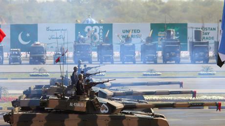 Soldaten präsentieren pakistanische Al-Khalid-Tanker während einer Militärparade in Islamabad; Pakistan, 23. März 2017.