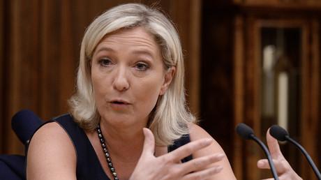 Marine Le Pen hatte bereits zu einem früheren Zeitpunkt die russische Duma besucht. Auf dem Bild: Le Pen im Gespräch mit dem damaligen russischen Parlamentssprecher Sergej Naryschkin; am 19. Juni 2013.