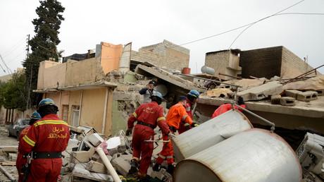 Irakische Rettungskräfte bei Bergungsarbeiten nach dem Luftangriff in Mossul.