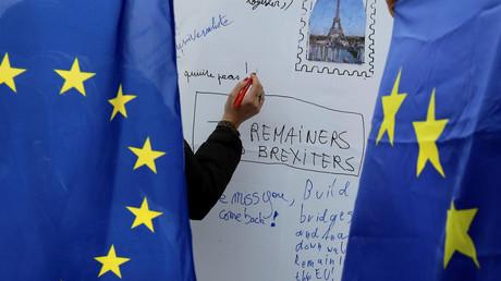Eine Person notiert Gedanken auf einem Whiteboard der Pro-EU-Gruppe