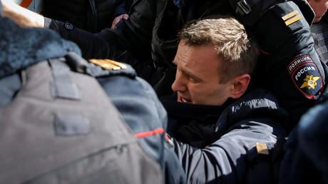 Polizisten verhaften den russischen Nationalisten Alexej Nawalny während einer nicht genehmigten Protestkundgebung in Moskau; 26. März 2017.