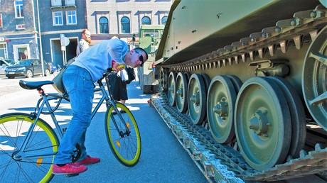 Ein Stadteinwohner betrachtet die US-Militärtechnik, die im Laufe der Operation Dragoon Ride II in Riga, Lettland ausgestellt wurde. Die Technik war unterwegs zu Kriegsübungen auf dem Territorium baltischer Staaten unter der Bezeichnung Saber Strike 2016; Datum: 13. Juni 2016.