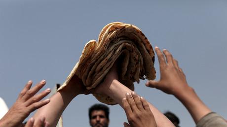 Vertriebene Bewohner der irakischen Stadt Mossul hoffen auf Brot.