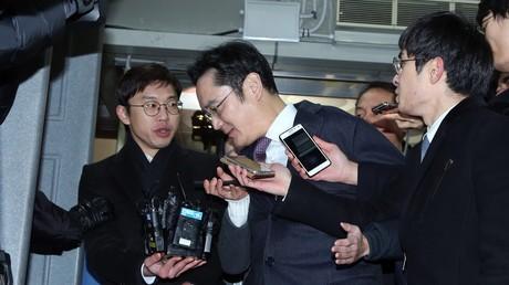 Der Samsung-Erbe Lee Jae-yong wird vor einer Gerichtsanhörung im Jae-yong-Gericht von Journalisten bedrängt; Seoul, Südkorea, 18. Januar 2017.