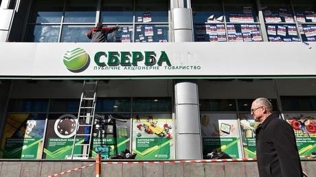 Nachdem rechtsextreme Übergriffe und gezielte Schikanen vonseiten der Regierung der ukrainischen Tochter der russischen Sberbank eine reguläre Arbeit weitgehend verunmöglicht hatten, werden ausländische Investoren deren Anteile und den Geschäftsbetrieb übernehmen.