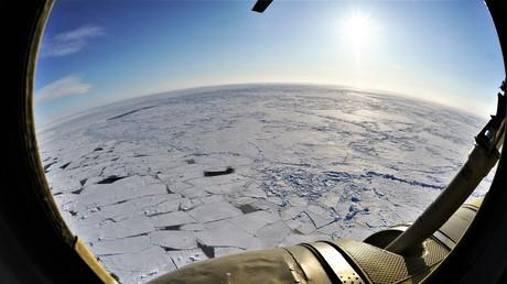 Nordliches Eismeer. Blick aus dem Helikopter.