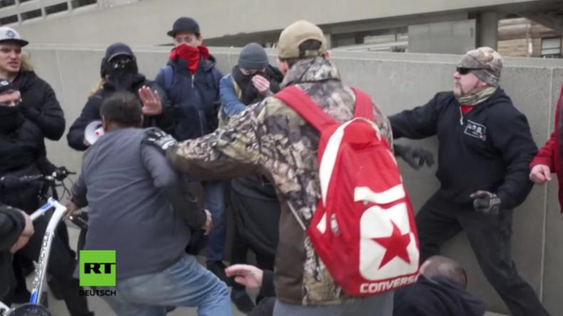 Antifa und Islamgegner prügeln sich in Toronto.