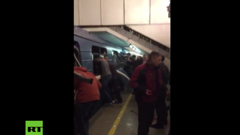 Dutzende Menschen versuchen Verletzten nach Terror-Anschlag in St. Petersburg zu helfen.