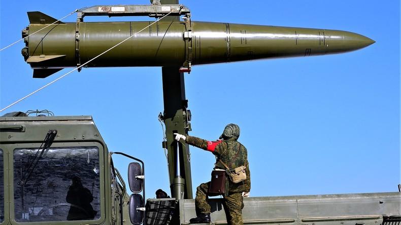 Verladen einer Iskander-Rakete