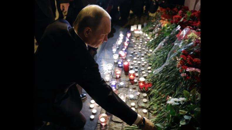 Putin legt nach Terroranschlag in Sankt Petersburg Blumen nieder.