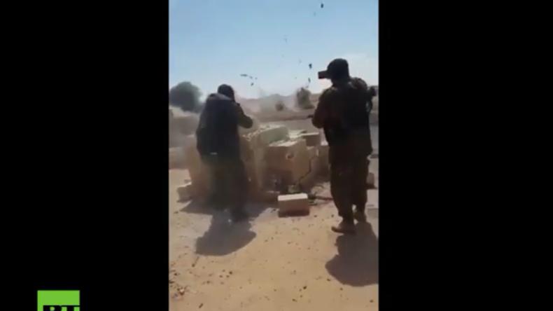 Kurdische Soldaten eröffnen das Feuer auf IS-Kämpfer in Rakka, die daraufhin in die Luft gehen.