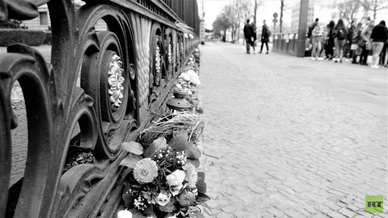 Blumen vor der Botschaft in Sank-Petersburg