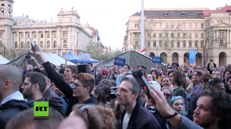 """Ungarn: Orban will Uni von """"Staatsfeind George Soros"""" schließen – Tausende protestieren"""
