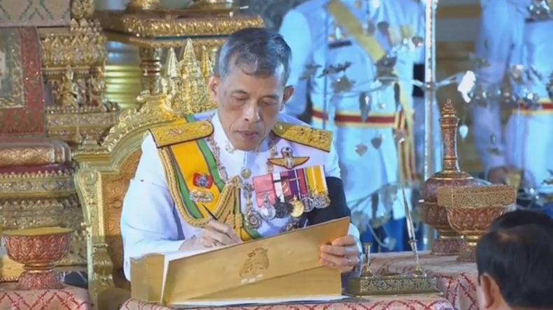 Thailands König Rama X. unterzeichnet neue Verfassung