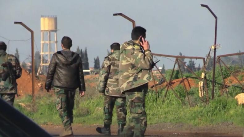 Russische Nachrichtenagentur filmt zerstörte Luftwaffenbasis nach US-Angriff in Syrien
