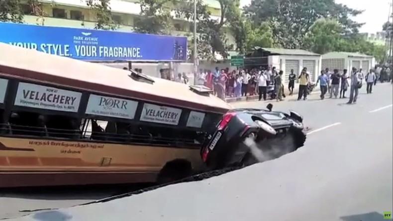 Indien: Bus und Auto von Erdloch verschluckt