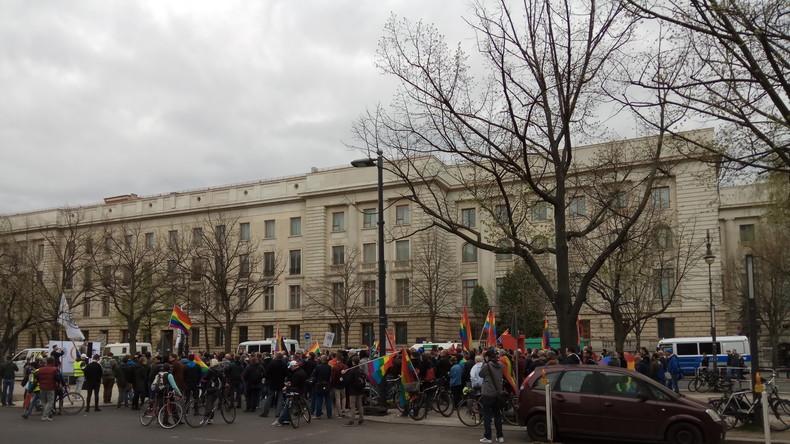 LGBT-Demo zieht vor Russische Botschaft in Berlin - Medienberichte über Gewalt in Tschetschenien