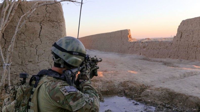 RT-Exklusiv: USA rücken mit schwerem Kriegsgerät und Spezialeinheiten in Süd-Syrien ein