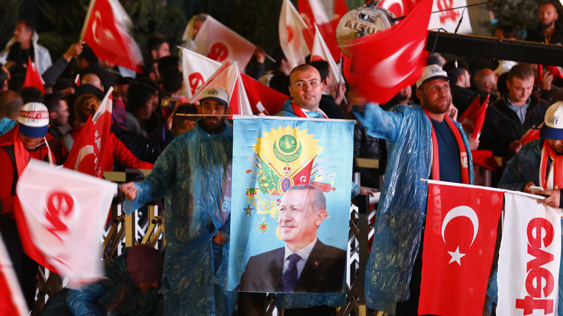 Zusammenfassung: Erdogan fährt knappen Sieg bei Referendum ein - Opposition fechtet Sieg an