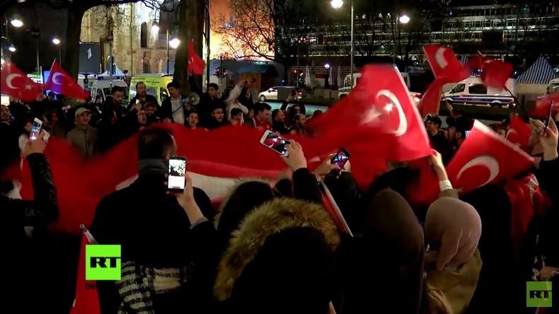 Berlin: Pro-Erdogan-Lager feiert JA-Ergebnis des Referendums