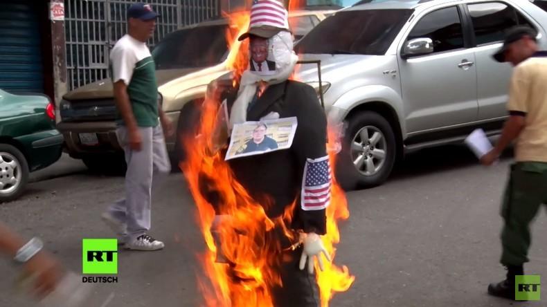 Venezuela: Trump- und Maduro-Puppen brennen in Caracas bei traditioneller Judas Verbrennung