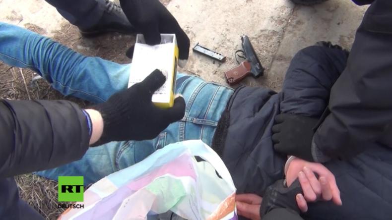 FSB-Beamte nehmen mutmaßlichen Drahtzieher des Terroranschlags in St. Petersburg fest.