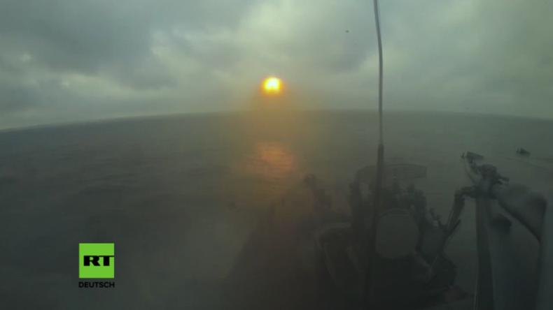 Admiral Makarow schießt Luftziel über Ostsee ab.
