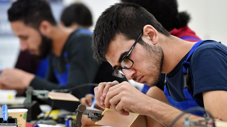Umfrage: Jeder zweite Flüchtling nach fünf Jahren in Deutschland erwerbstätig